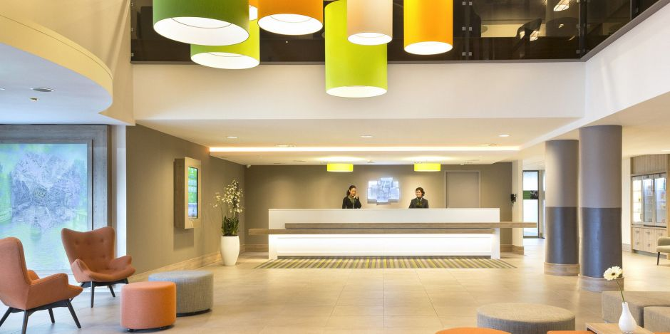 Hereinspaziert: Rezeption mit Open Lobby im Holiday Inn Amsterdam