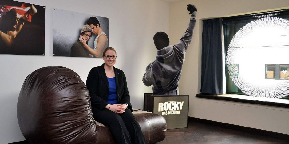 Junior Sales Managerin Stephanie Janssen im Themenzimmer Rocky